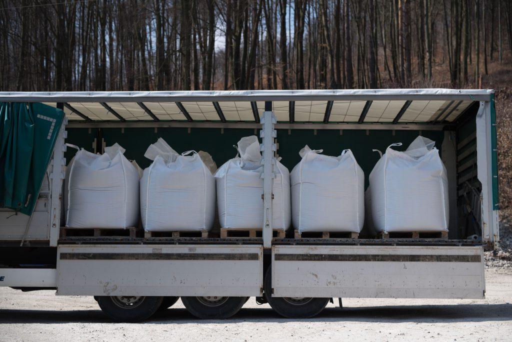 Naplnené big-bagy triedeným bentonitom